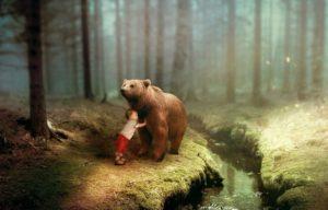 Kind mit Bär in Wald
